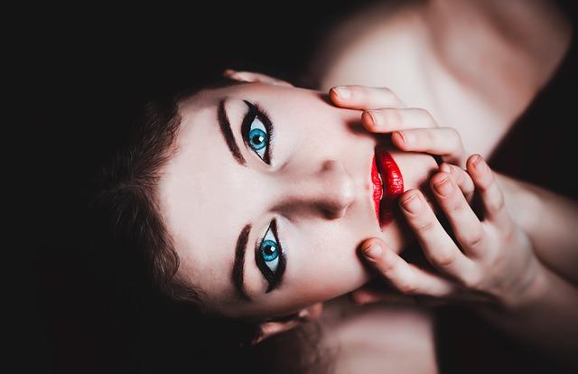 modré oči, červené rty