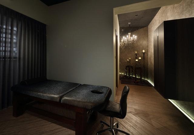 Masérska izba, čierna masážna posteľ, čierna stolička.jpg