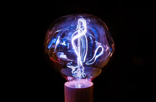 Skrútená žiarovka s fialovým svetlom.jpg