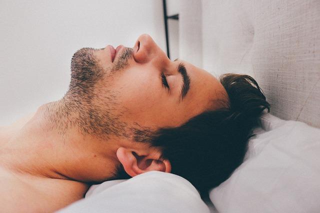 Muž spí so zaklonenou hlavou.jpg